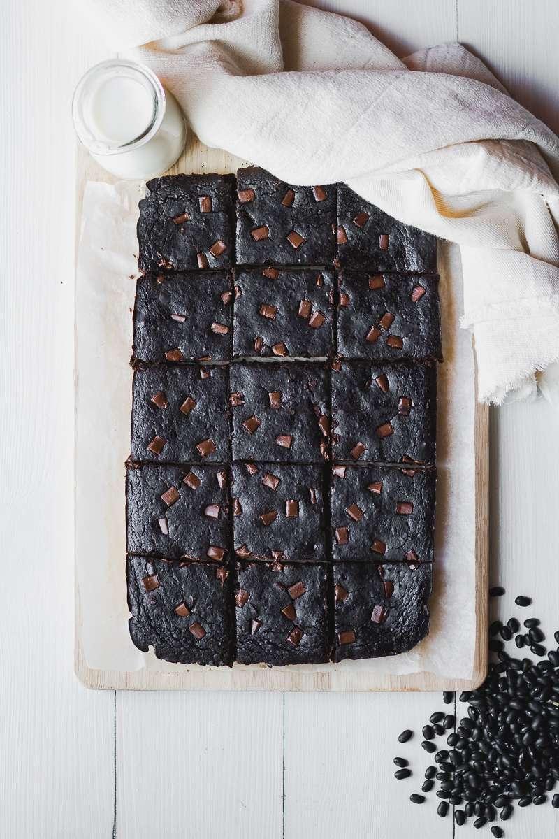 Teglia di brownies di fagioli neri al cioccolato, senza glutine nè latticini, low fat e solo 100 kcal!