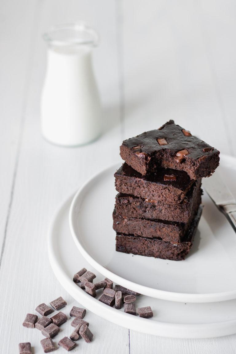 Pila di brownies di fagioli neri al cioccolato, senza glutine nè latticini, low fat e solo 100 kcal!