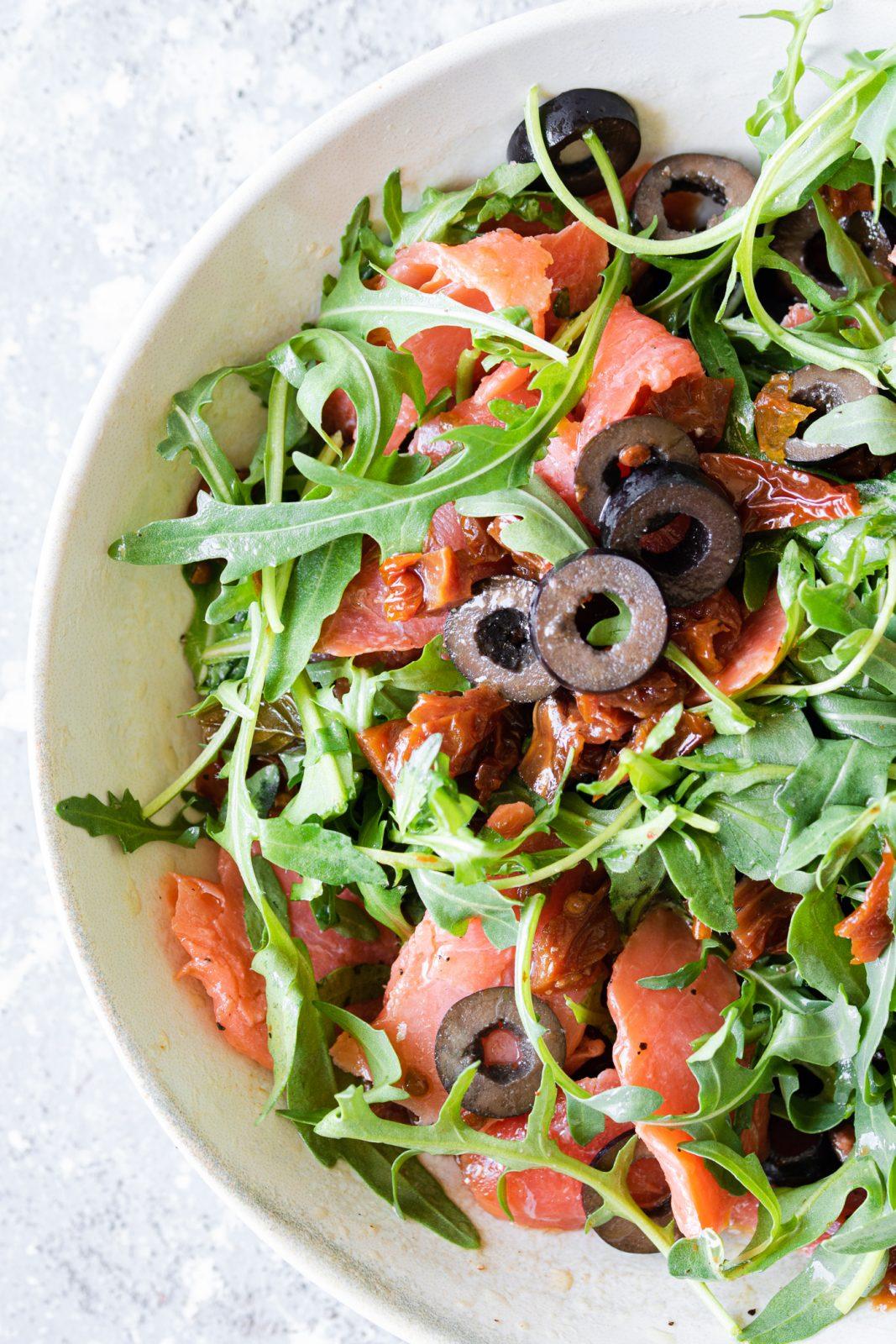 condimento per pasta al salmone affumicato con rucola e olive nere