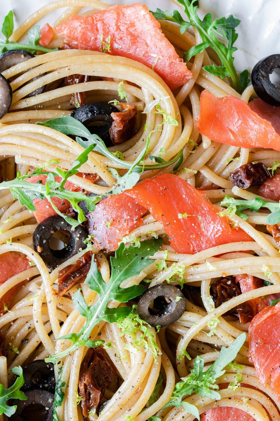 Pasta al salmone affumicato senza panna con rucola lime e olive