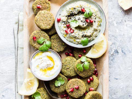 Vassoio di finti falafel al forno pronti per essere serviti con babaganoush e yogurt