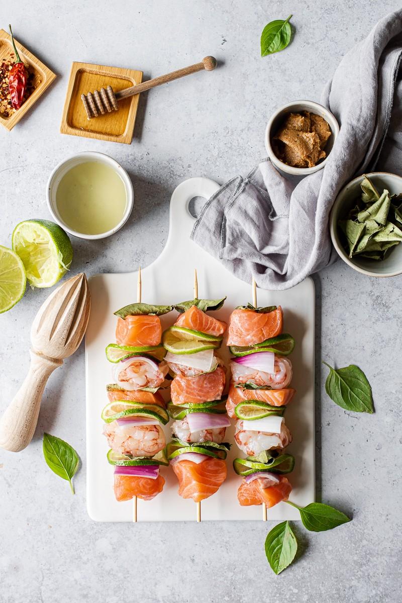 vassoio con spiedini di gamberi e salmone