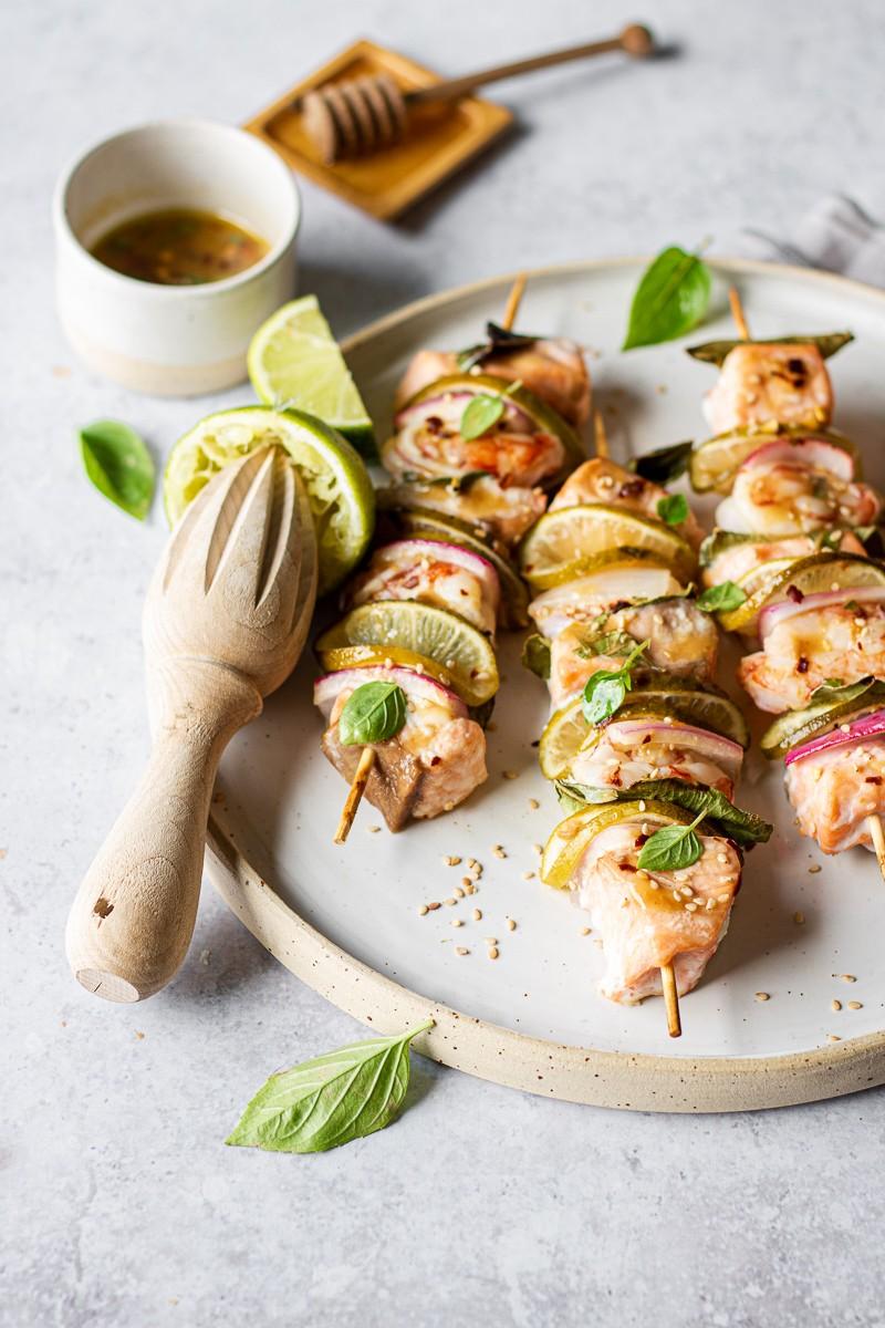 spiedini di gamberi e salmone marinati al lime, miso e miele
