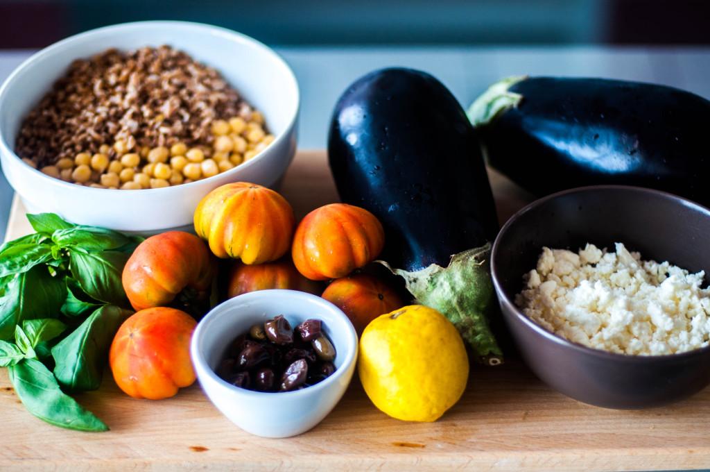 Ingredienti per insalata mediterranea di farro e ceci