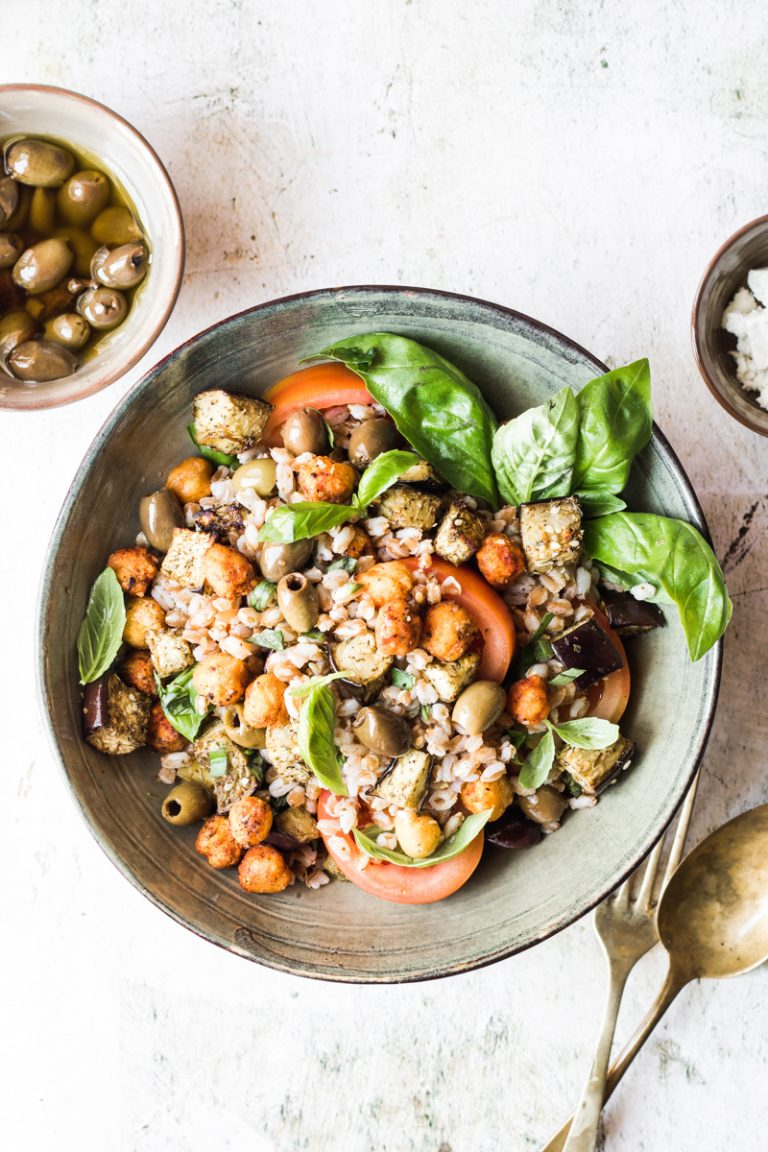 Ciotola con insalata di farro e ceci con basilico e pomodori