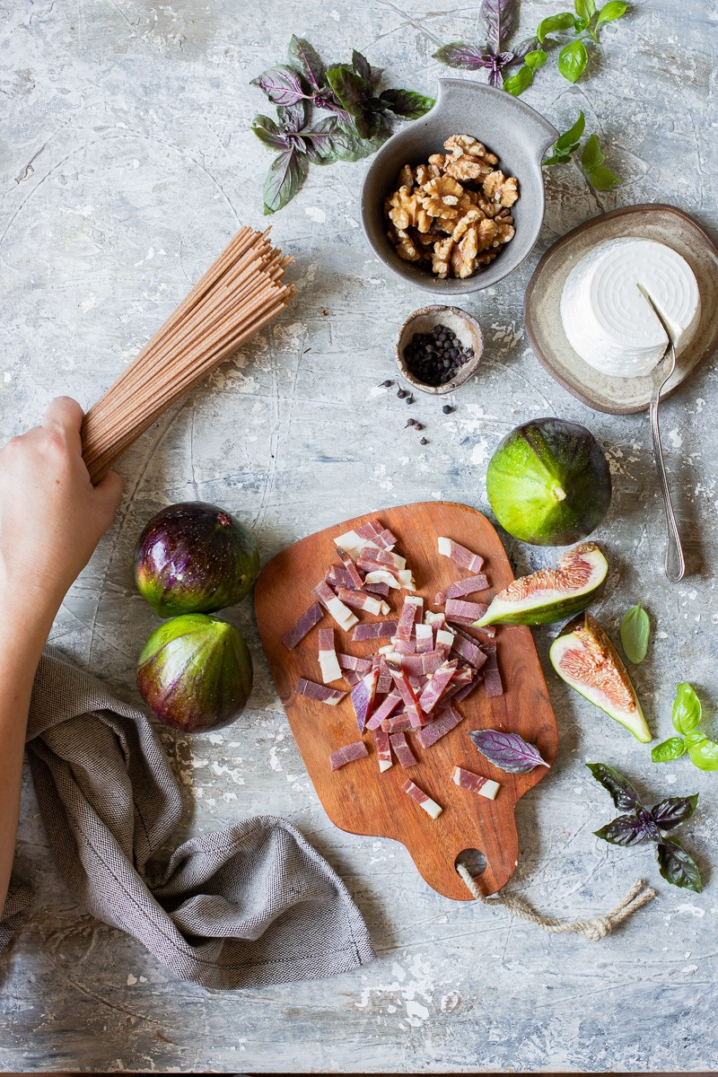 ingredienti per preparare gli spaghetti integrali ai fichi e prosciutto crudo