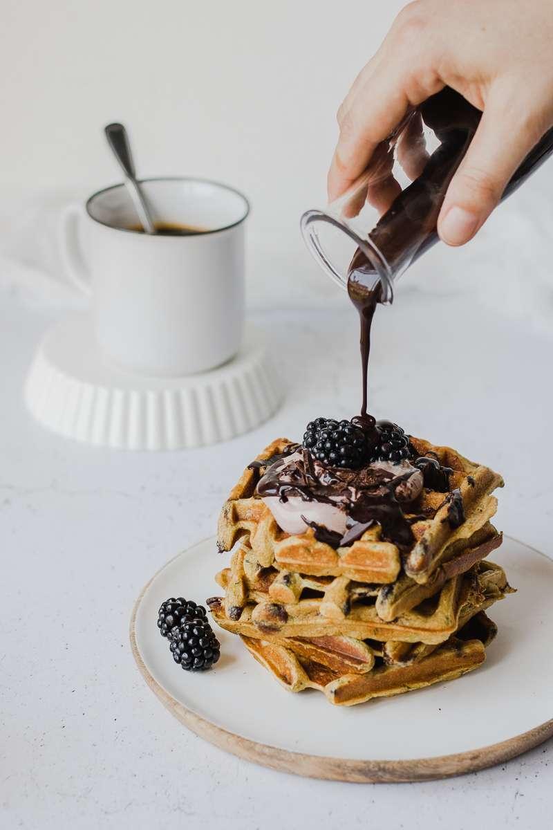Salsa al cioccolato su waffle di zucchine iperproteici