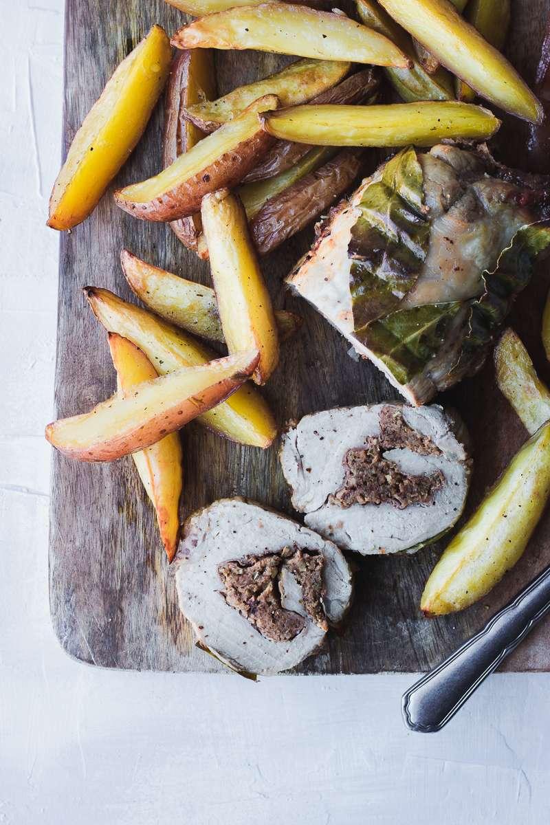 Filetto di maiale ripieno di prugne arrostito con patate e contorno di salsa di prugne