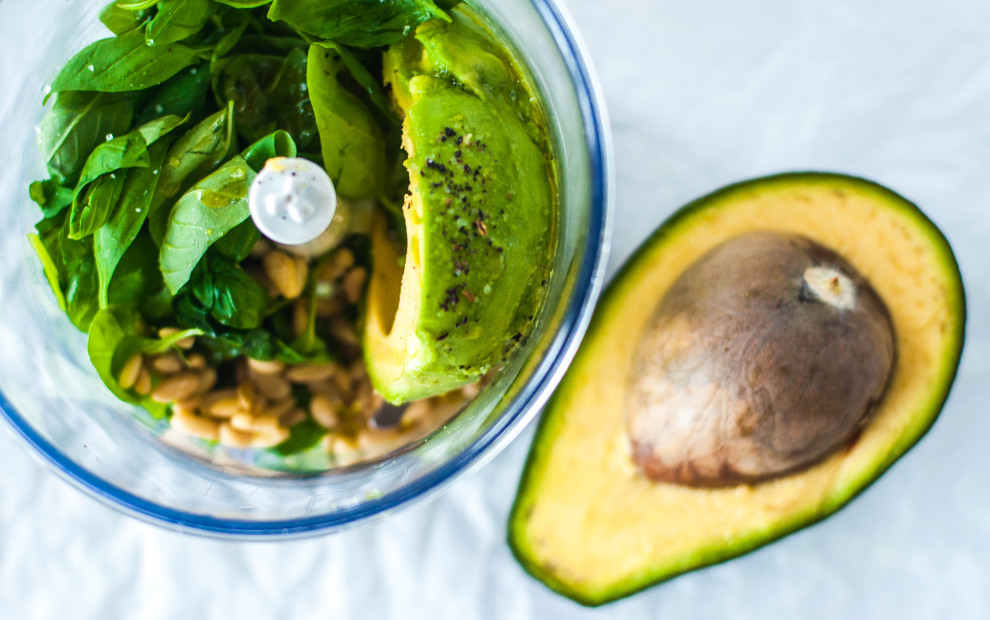 Zoodles con gamberi e pesto di avocado