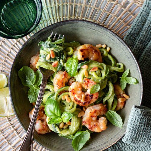 zoodles di zucchine con gamberi e pesto di avocado