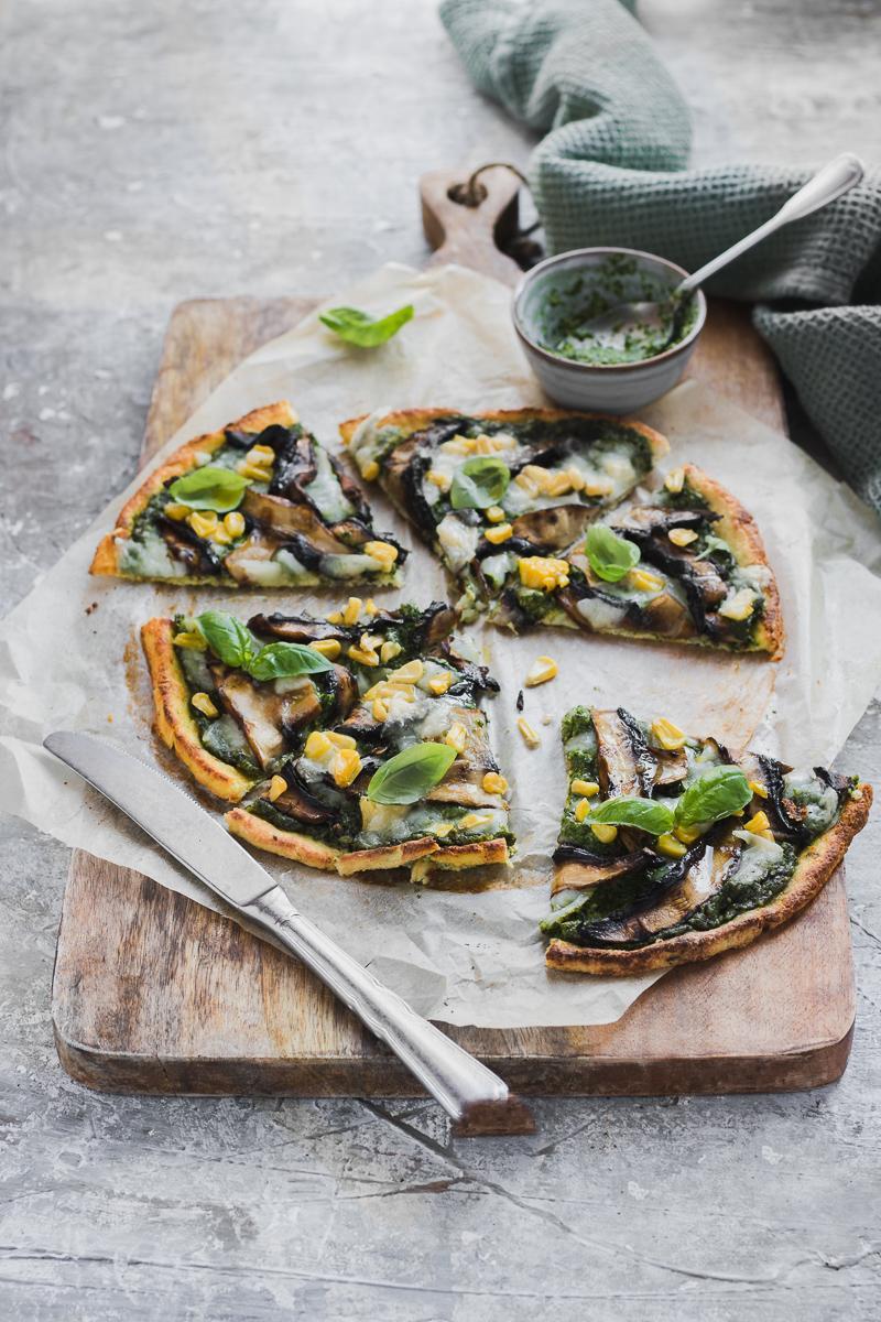 La pizza al cavolfiore perfetta con pesto, funghi, mais e formaggio di capra