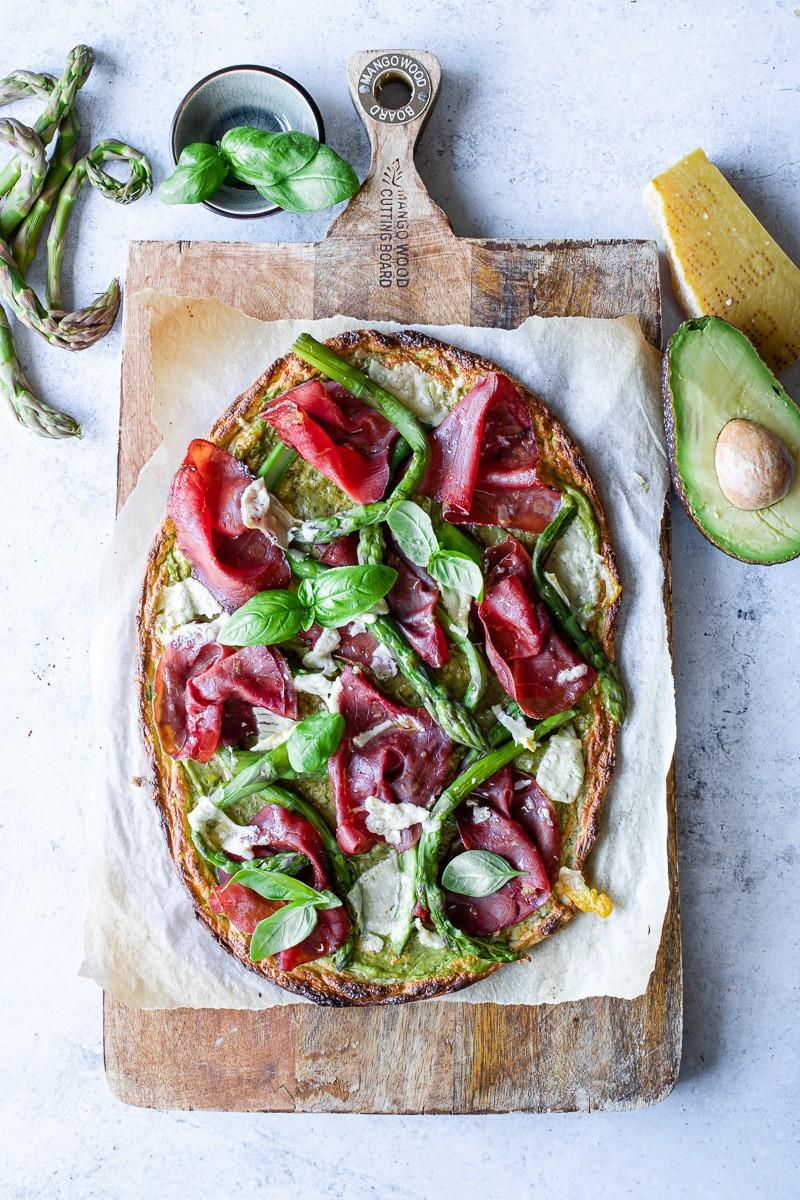 finta pizza low carb di zucchine con bresaola e asparagi
