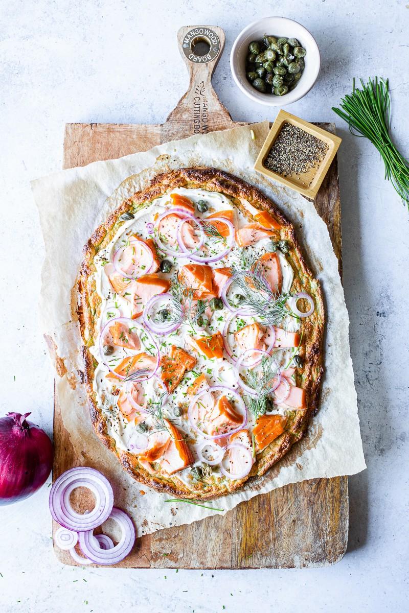 finta pizza low carb di zucchine con salmone e cream cheese