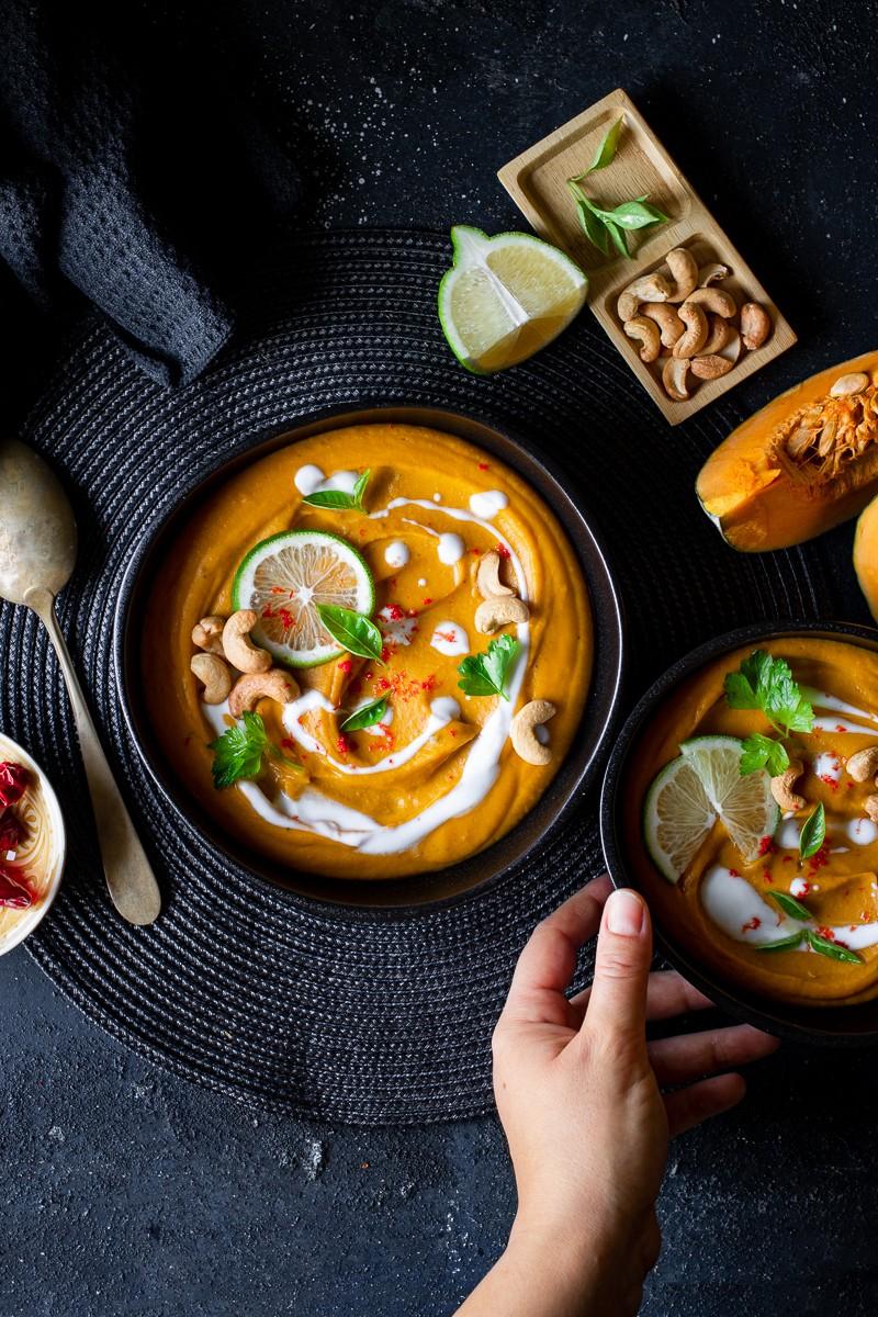 Zuppa di zucca al curry e latte di cocco di ispirazione thai