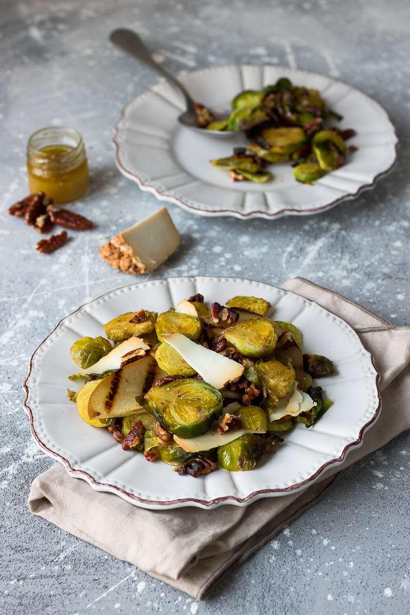 Insalata di cavoletti di Bruxelles, pera grigliata, noci pecan e ricotta di capra affumicata