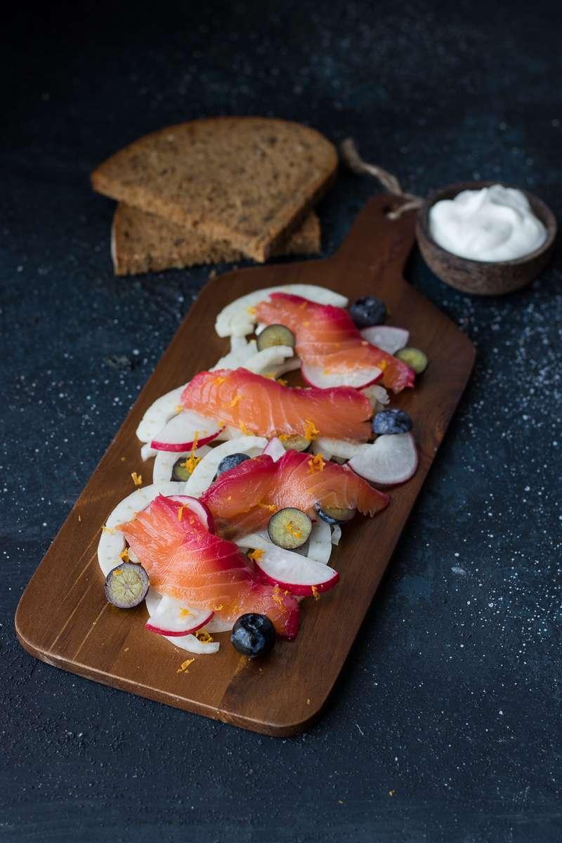 Gravlax di salmone alla barbabietola, salmone affumicato senza fumo, salmone marinato a secco, perfetto antipasto per le festività per stupire gli amici!