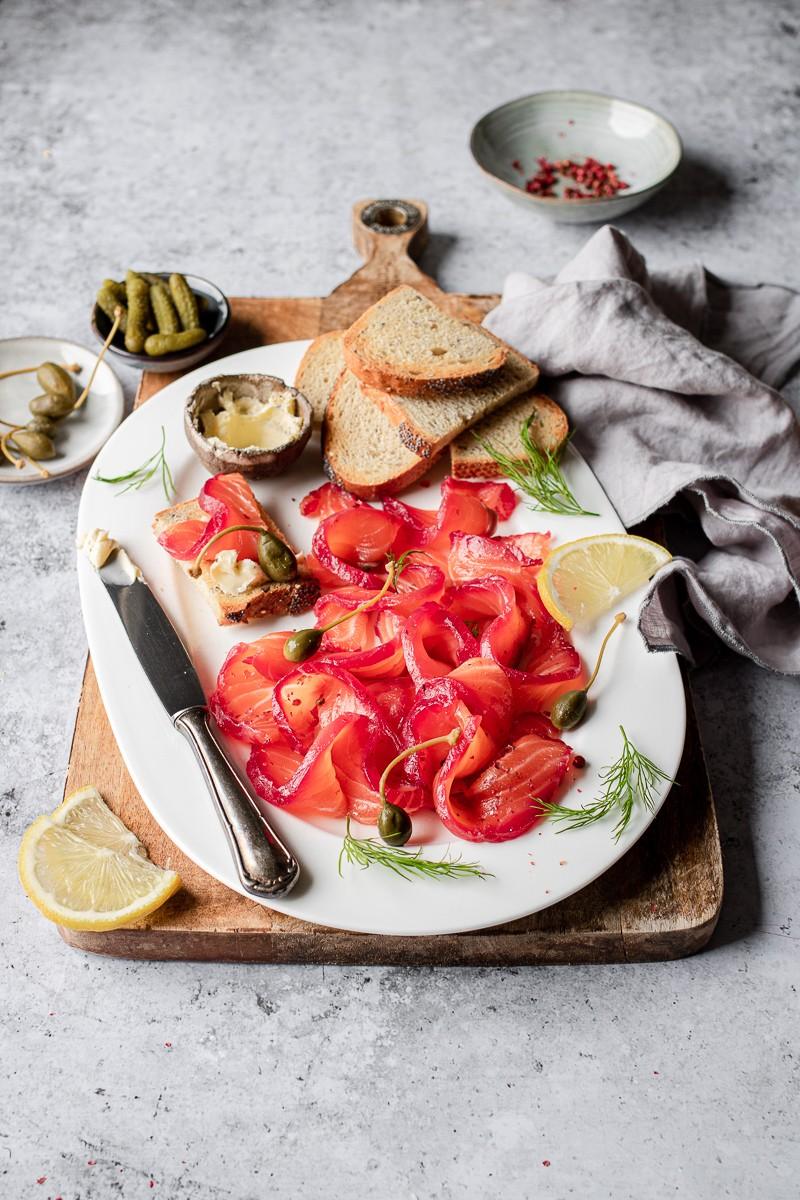 gravlax salmone marinato affettato su un piatto