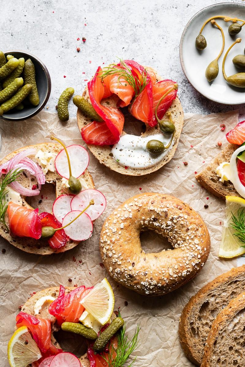 dettaglio di bagel con gravlax salmone marinato