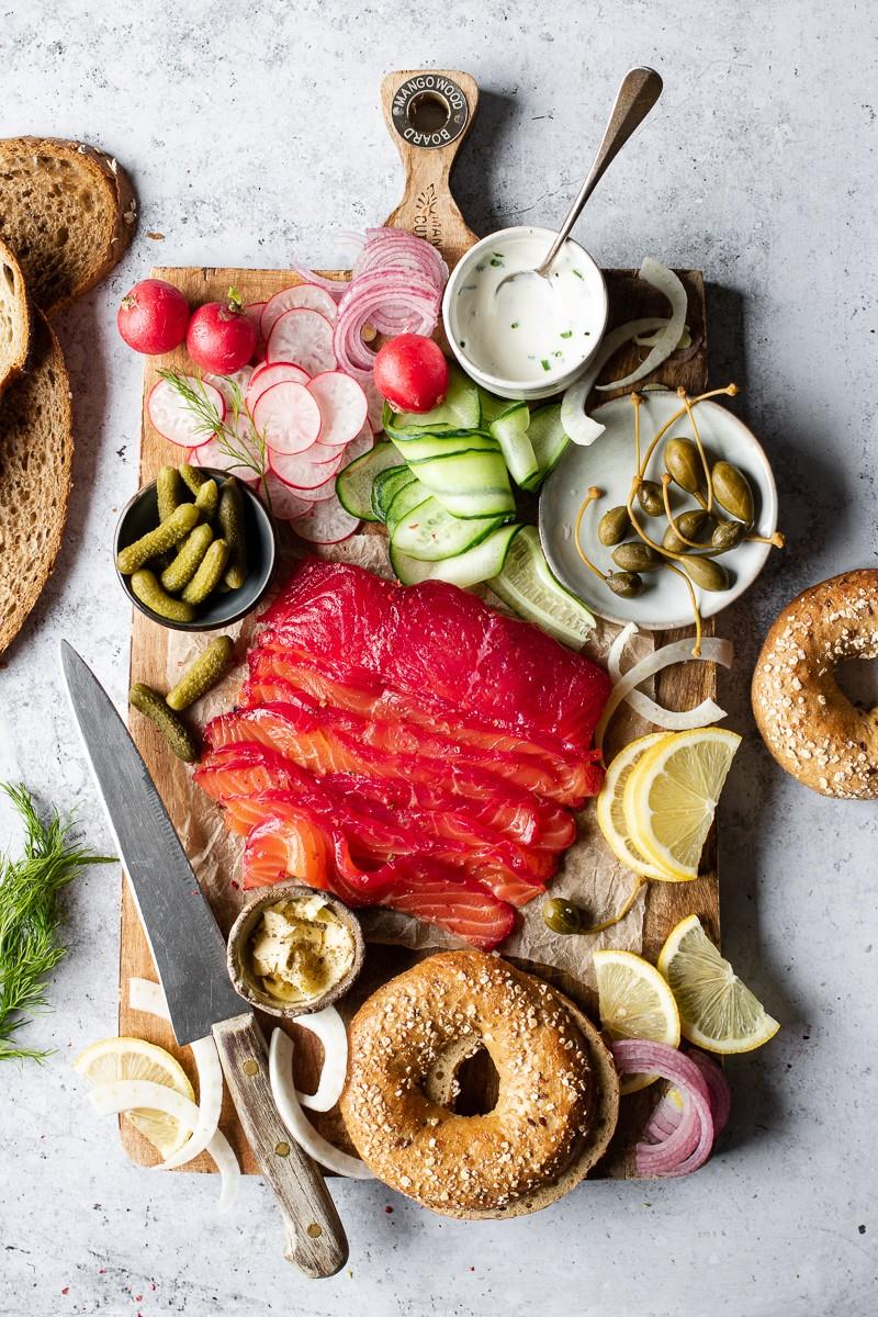 tagliere di gravlax salmone marinato