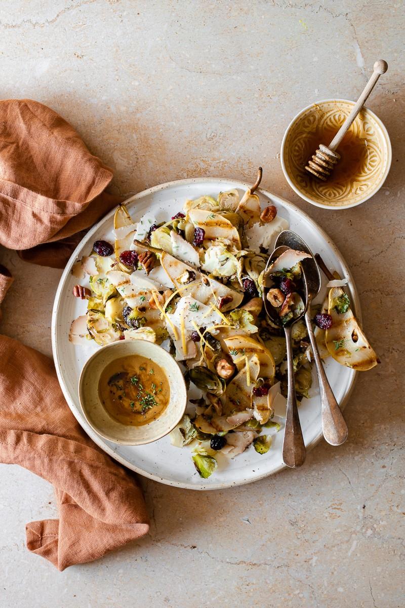 insalata di cavoletti di Bruxelles, pere grigliate e ricotta salata