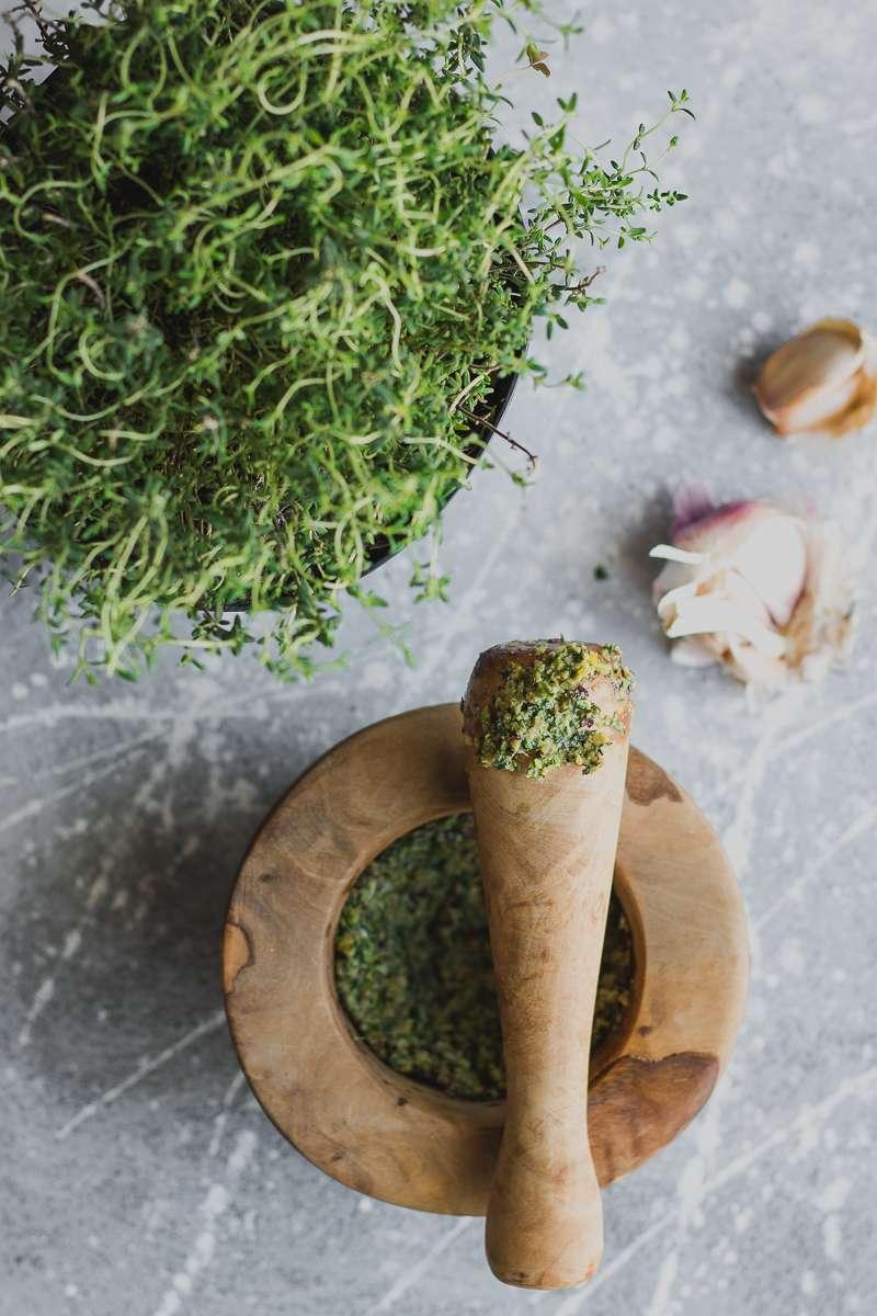 Costolette d'agnello aromatiche e insalata di asparagi