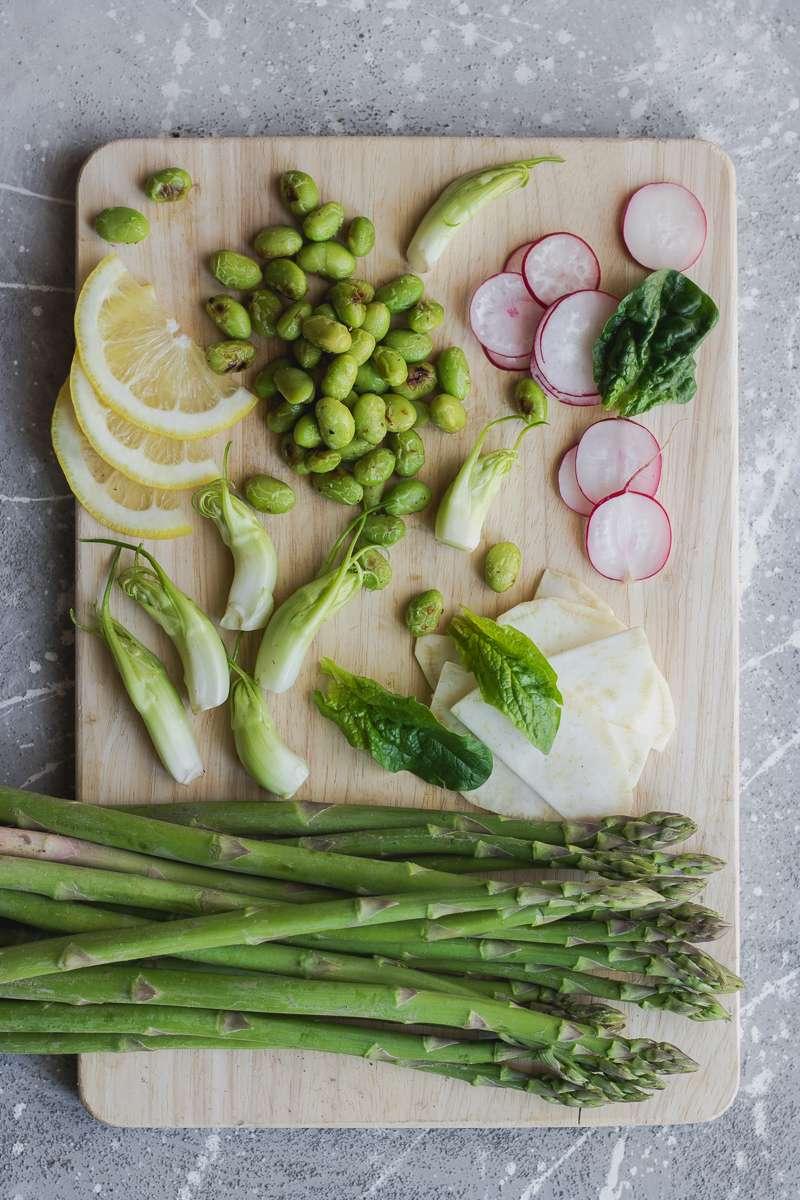 Insalata primaverile di asparagi e primizie
