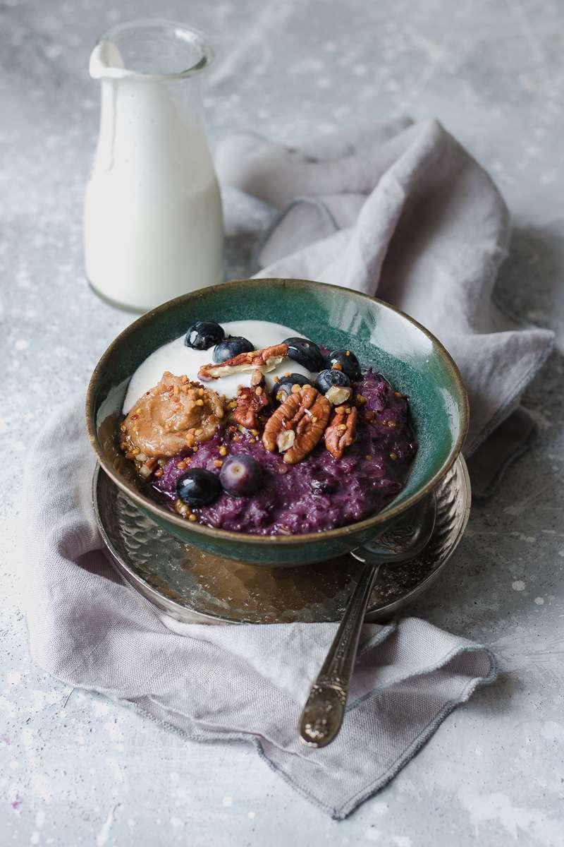 Porridge di carote viola e mirtilli