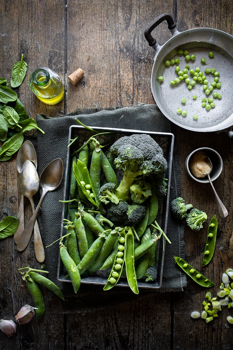ingredienti per una crema di piselli e broccoli al miso