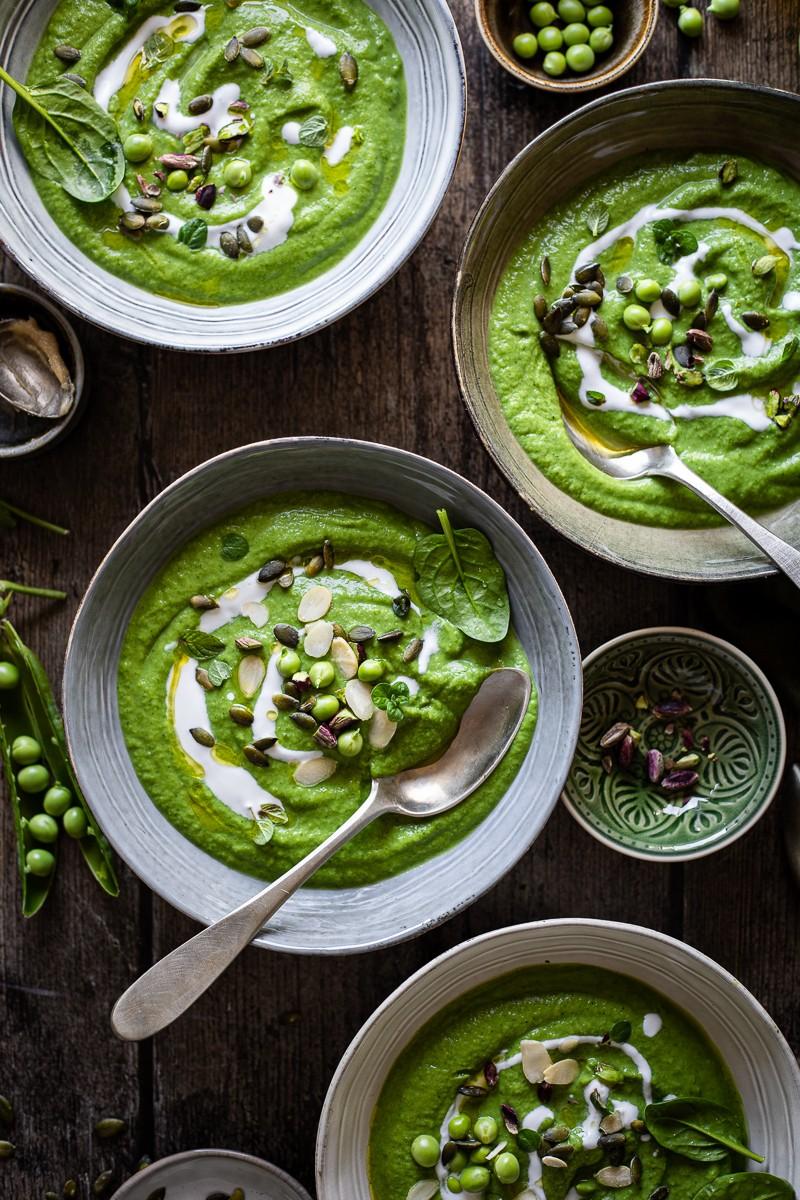 4 piatti di crema di piselli e broccoli al miso