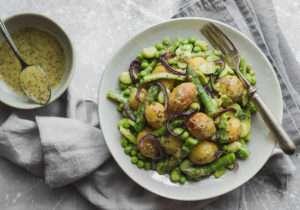 Insalata di patate senza maionese con verdure primaverili e salsa alla senape