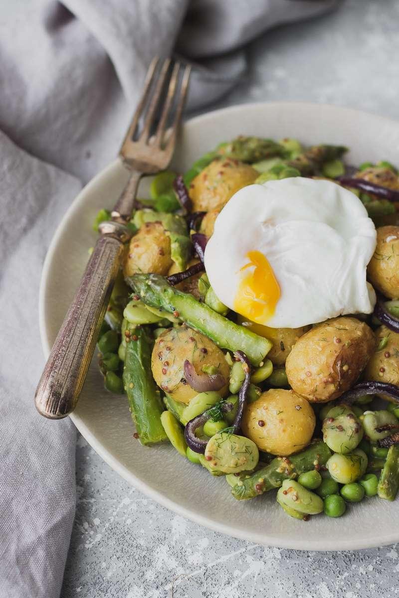 Insalata di patate senza maionese con verdure primaverili e uovo in camicia