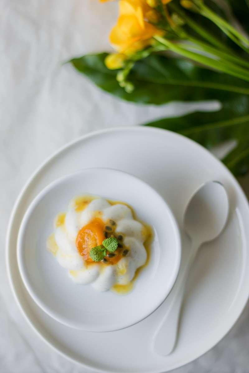 Panna cotta alleggerita senza panna con kumquat canditi, frutto della passione e menta
