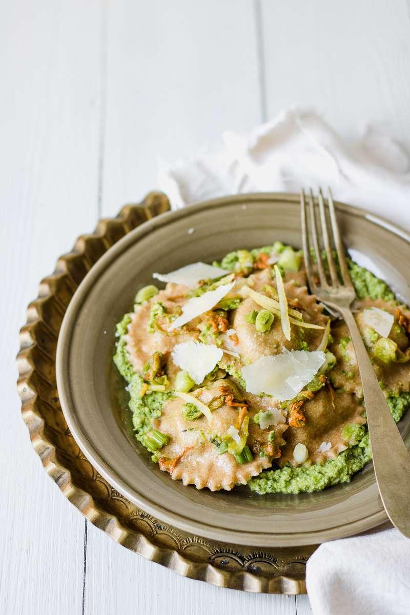 Ravioli di carciofi al pesto di zucchine e piselli