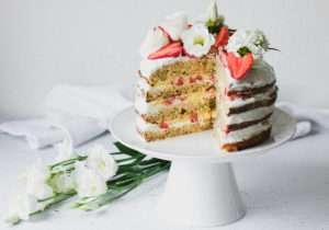 Healthy Naked Cake fragole e limone: torta a strati senza zucchero, burro, olio, panna