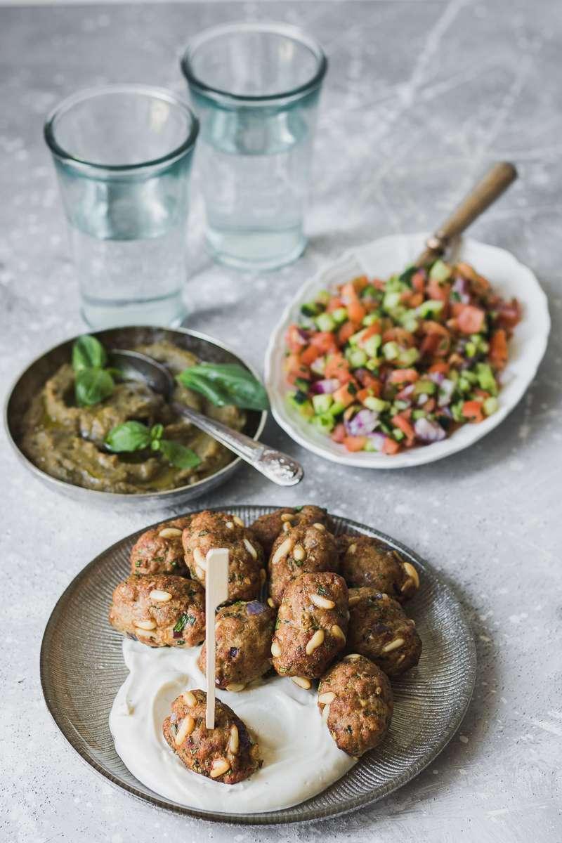 Polpettine di manzo speziate in stile mediorientale, con contorno di insalata israeliana, crema di melanzane arrostite e salsa alla thaina, LOW CARB