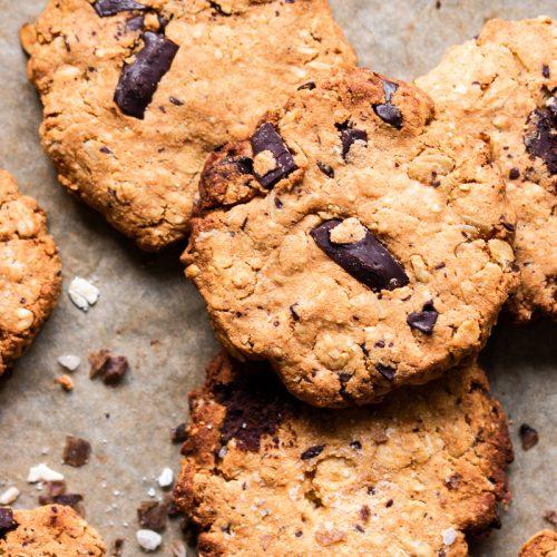 foto ravvicinata di biscotti all'avena e cioccolato su carta da forno