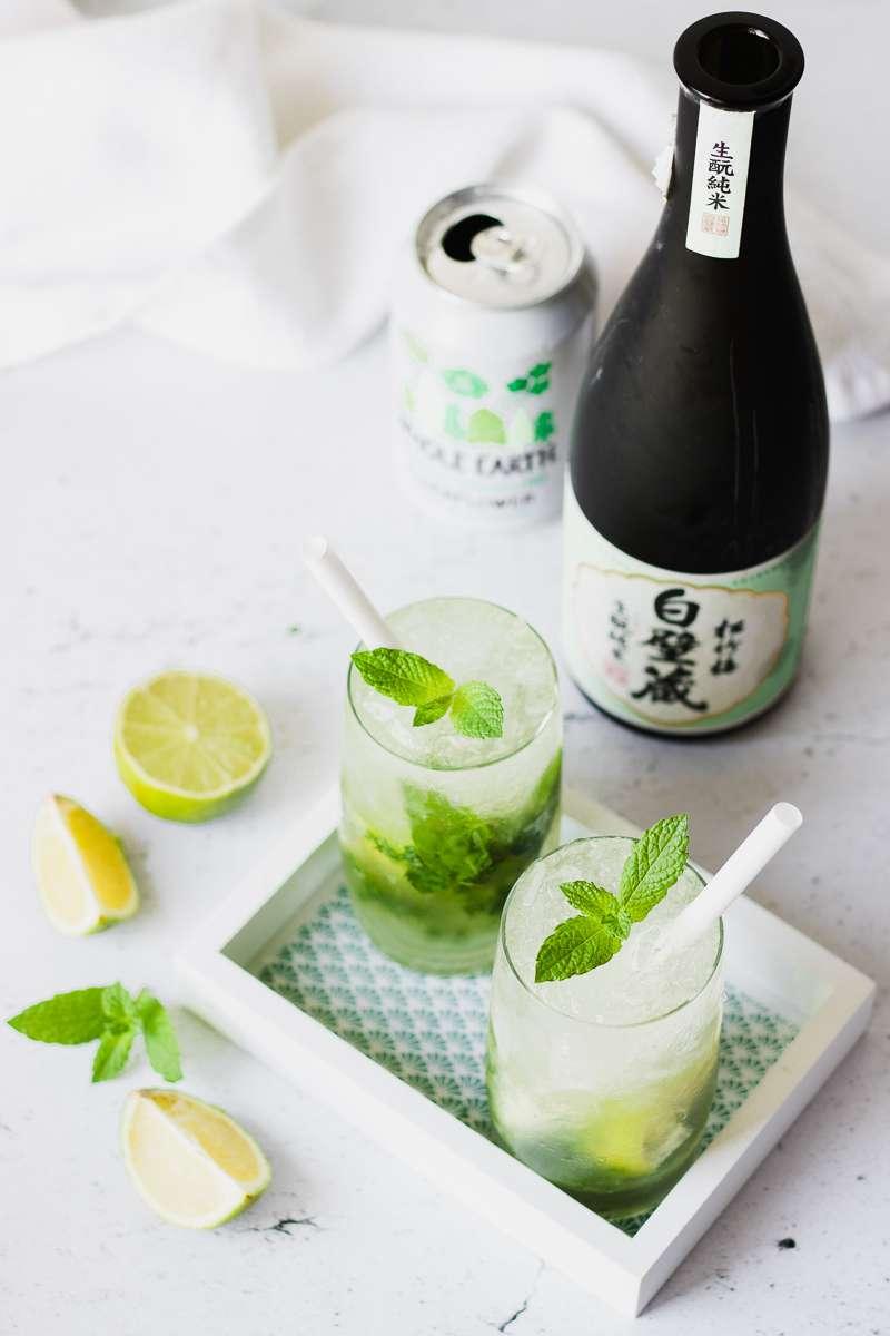 Due bicchieri di mojito al sakè con succo di fiori di sambuco