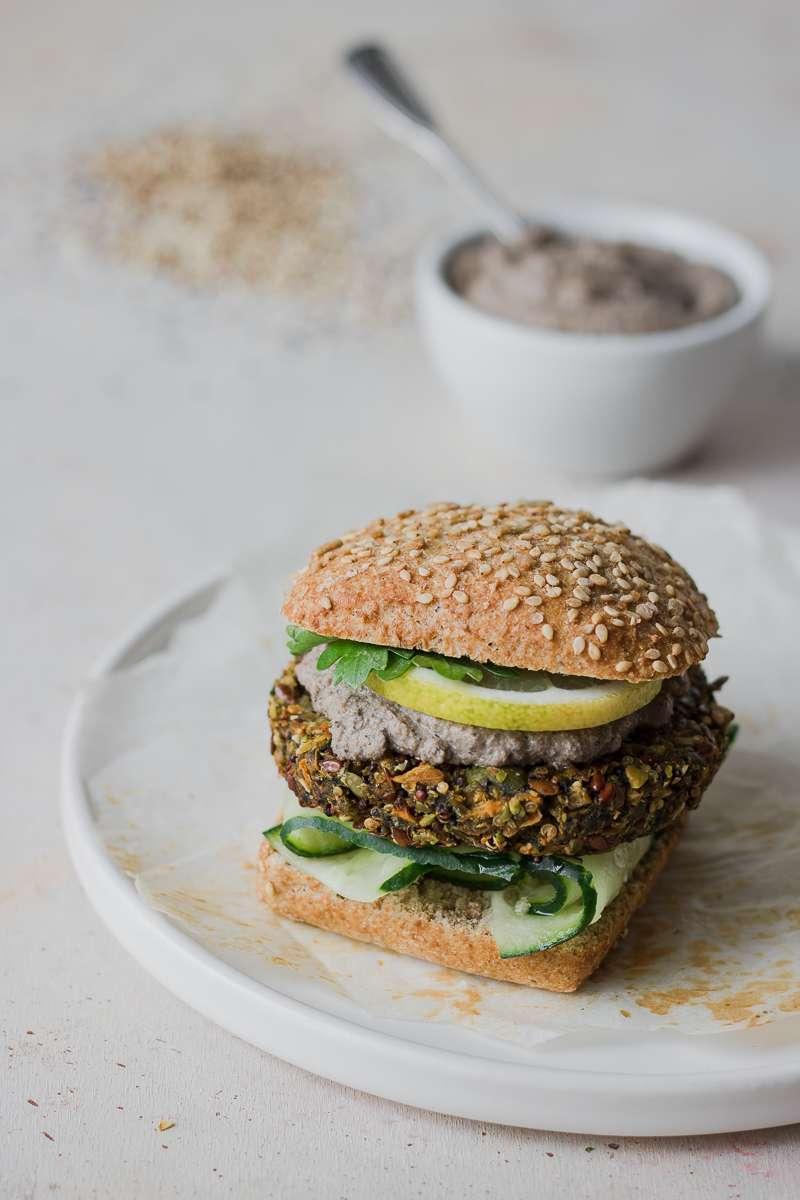 Panino con veg burger di quinoa, patata dolce, fave con salsa tofu e olive