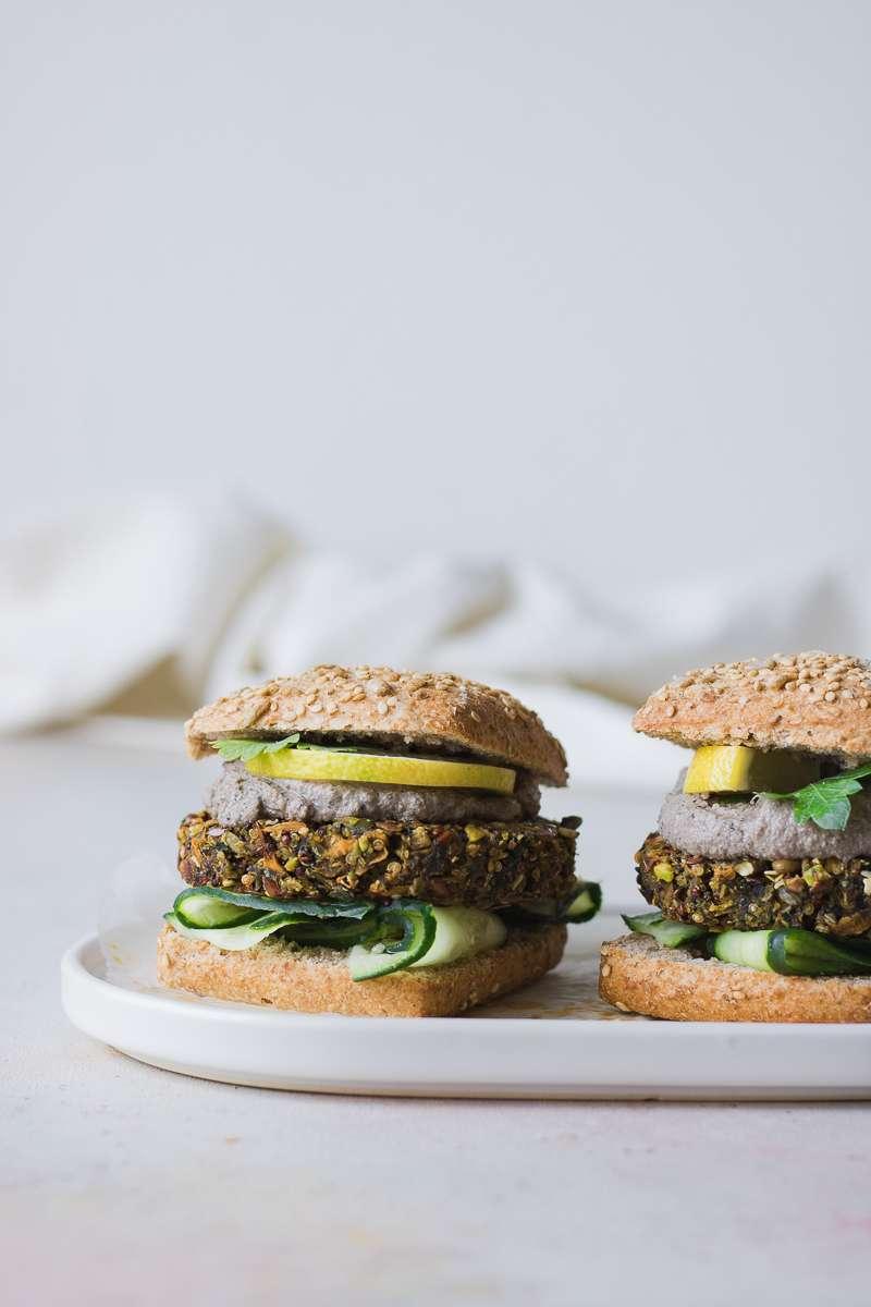 Veg burger di quinoa, patata dolce e fave