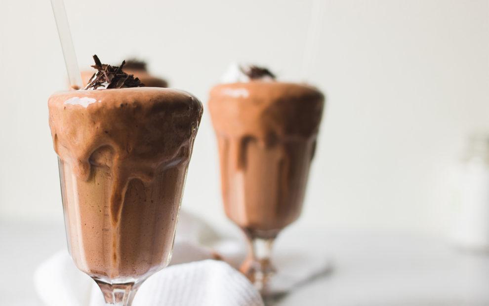 Due bicchieri di frappè al cioccolato da 100 kcal, iperproteico, senza glutine, senza zucchero, low carb, low fat