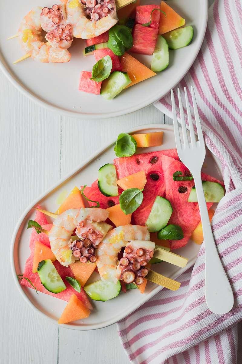 Insalata di anguria melone e cetrioli con spiedini di verdure, low cal e low fat, senza glutine e latticini