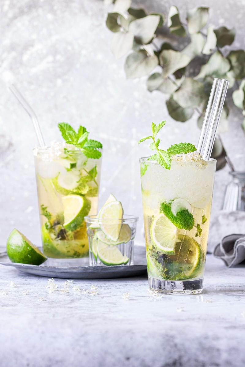 Bicchiere di mojito al sakè e fiori di sambuco anche in versione analcolica