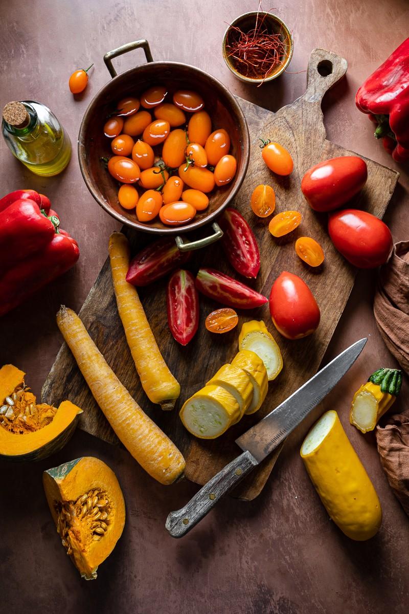 ingredienti per una zuppa di verdure estive arrosto