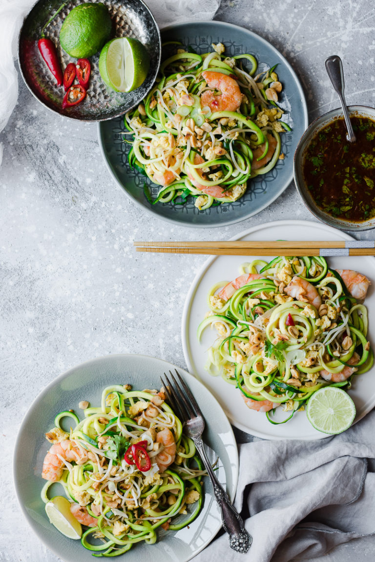 Tre piatti di pad thai low carb di zoodles senza glutine e senza latticini