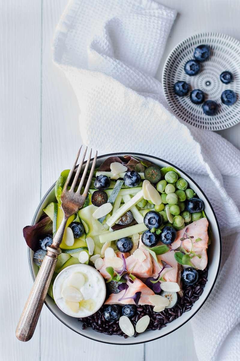 Insalata di riso nero e salmone con mirtilli e zucchine marinate