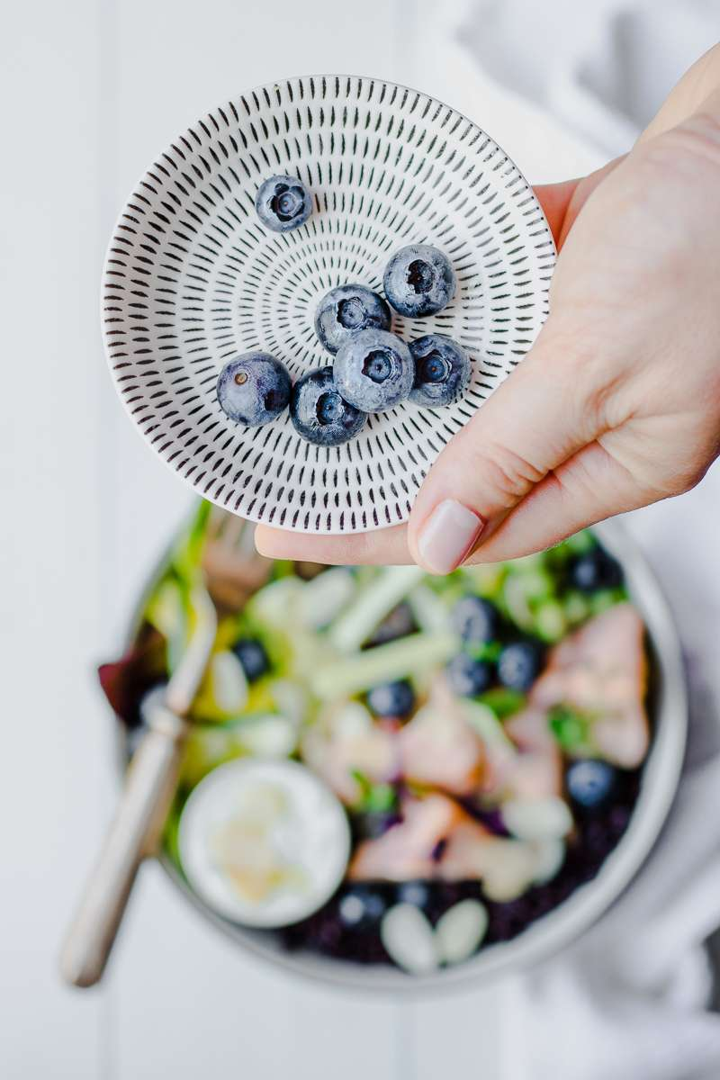 Mirtilli per insalata di riso nero con salmone e zucchine marinate