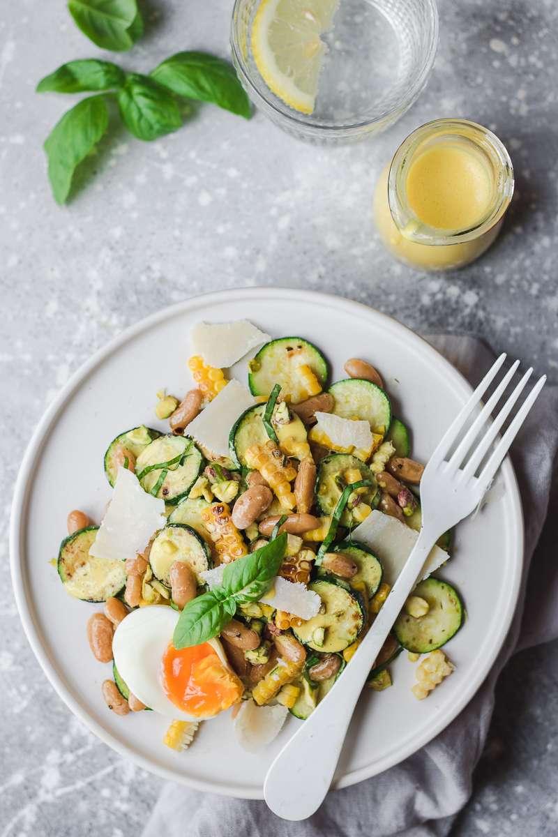 Insalata di zucchine e mais con cannellini, basilico e salsa allo zafferano