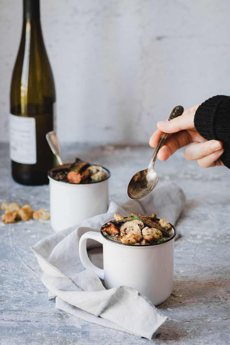 Zuppa di funghi e fagioli borlotti in tazza