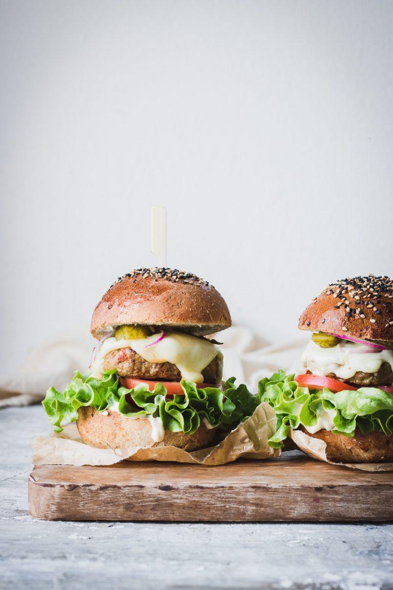 Gli hamburger fatti in casa da zero migliori del mondo - e perchè mangiarli è uno sgarro