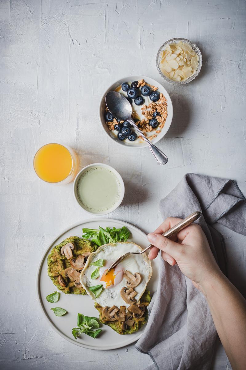 waffle salati senza glutine alle patate e spinaci serviti con funghi saltati e uovo